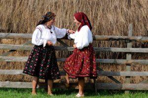 """""""Moașe"""" din Leordeni povestind după întoarcerea de la mânăstire"""