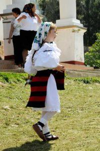 Uneori și copiii mai poartă opincile la costumele populare