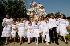 """""""La prosese"""" copiii merg îmbrăcați în haine albe"""