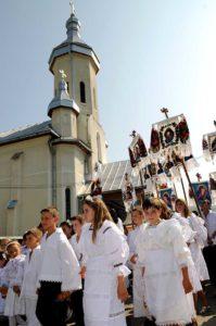 După terminarea slujbei de Sântămaria, profeții înconjoară biserica de trei ori
